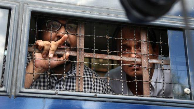 Myanmar, yabancı gazetecileri uçağın içine hapsetti