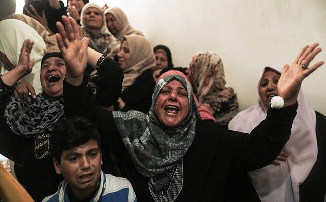 Filistin Gazze protestolarında İsrail tarafından öldürülen sivilleri yas tutuyor