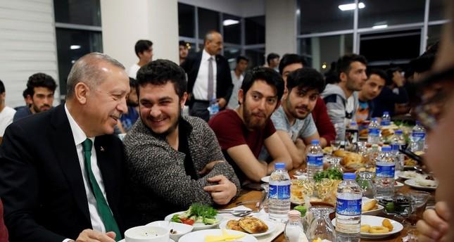 Erdoğan, yurtta şafak öncesi yemek için gençliğe katılıyor