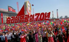 Kuzey Kore, füzeleri geri tutar, 70'inci yıldönümünü kutlamak için geçit töreninde ekonomi koyar