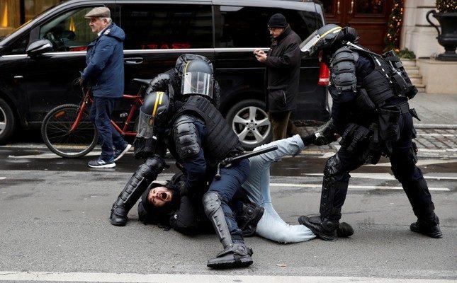 Polis, Paris'teki sarı yelek protestolarına bastırdı, ülke çapında 1.000'den fazla insanı tutukladı